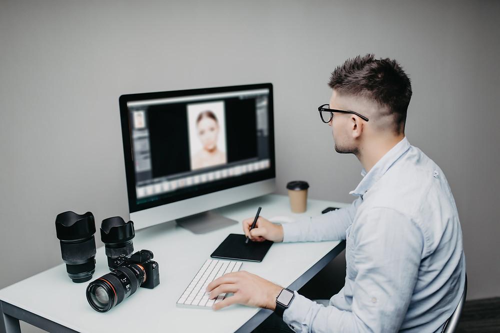 fotodocumentação, imagem de um homem manipulando uma fotografia no computador