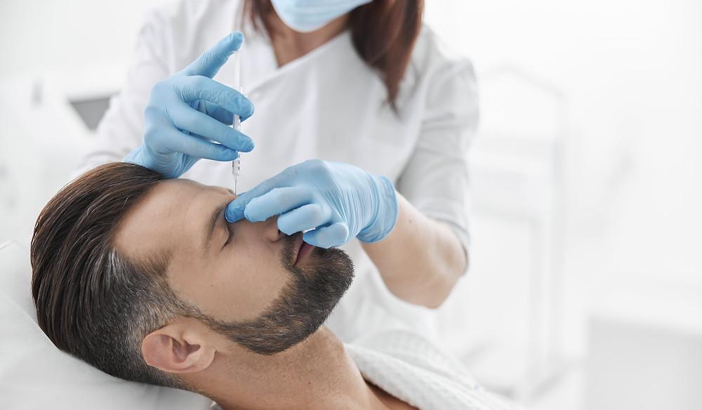 dicas de estética,profissional de estética realizando procedimento em um homem.