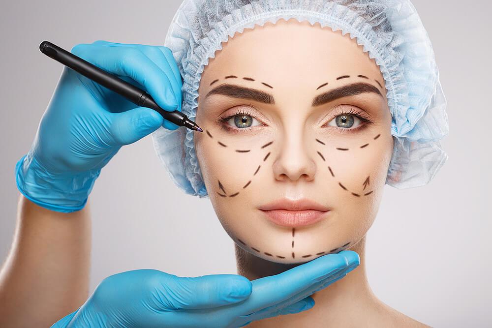 Fluxo digital em harmonização facial, profissional realizando procedimento facial.