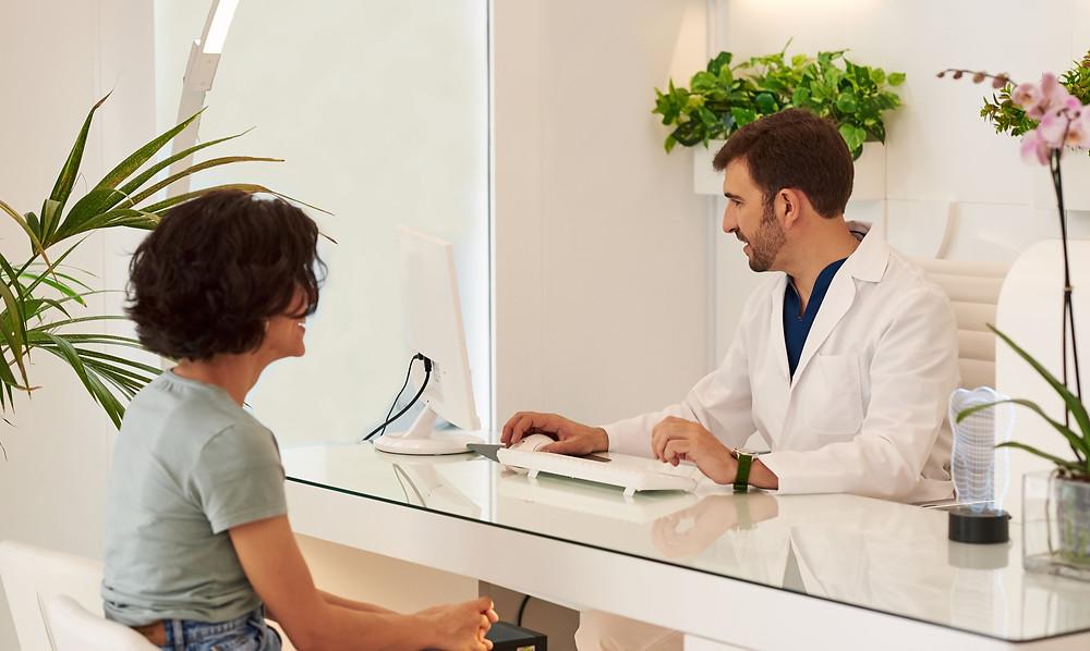 experiência do paciente, dentista e paciente conversando