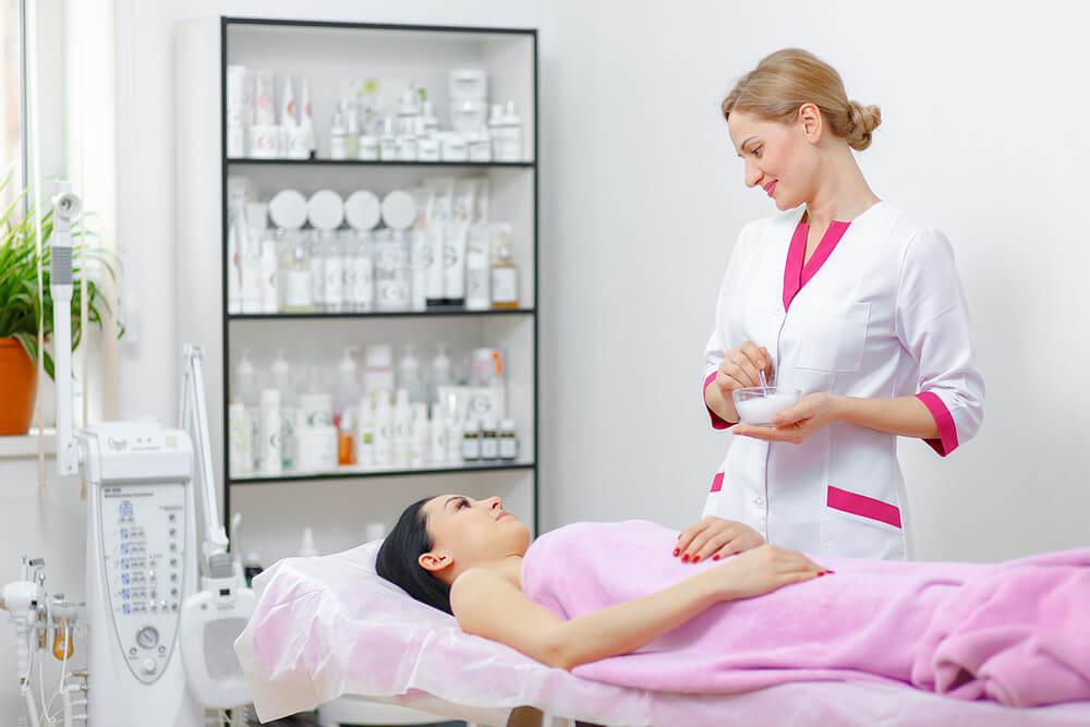 profissional atendendo paciente em uma clínica de estética