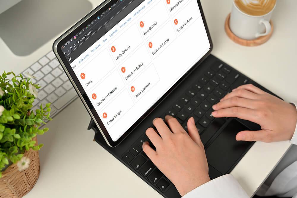 sistema para clínica de estética, imagem de um computador com informações fianceiras na tela