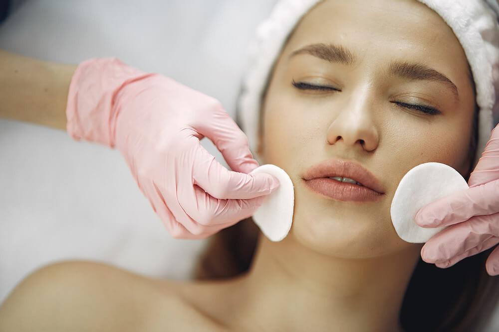 serviços de estética, paciente realizando procedimento estético