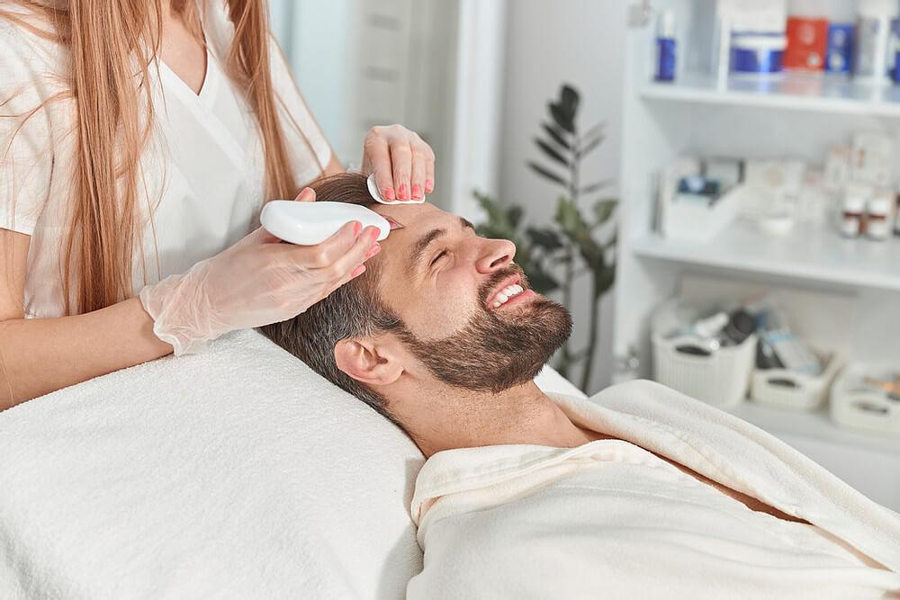 experiência do paciente, homem realizando procedimento estético