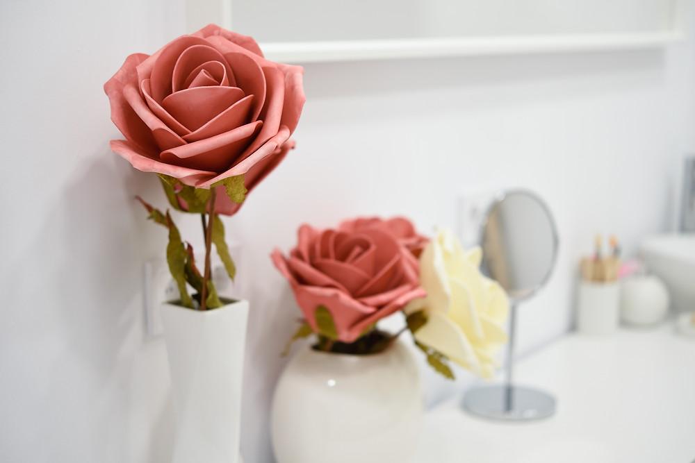 detalhes de uma decoração com uma flor