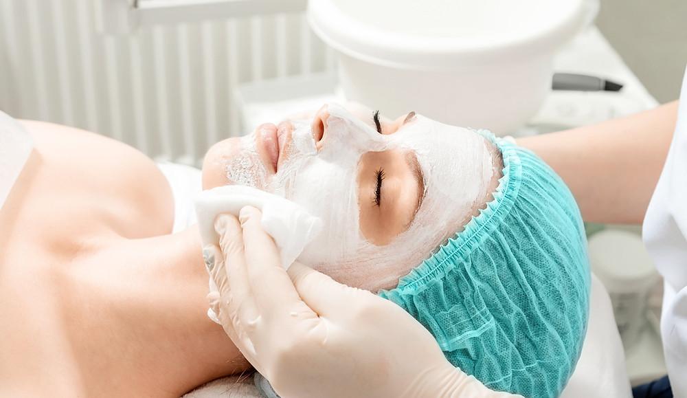 como montar uma clínica de estética, paciente realizando um procedimento com cosméticos no rosto