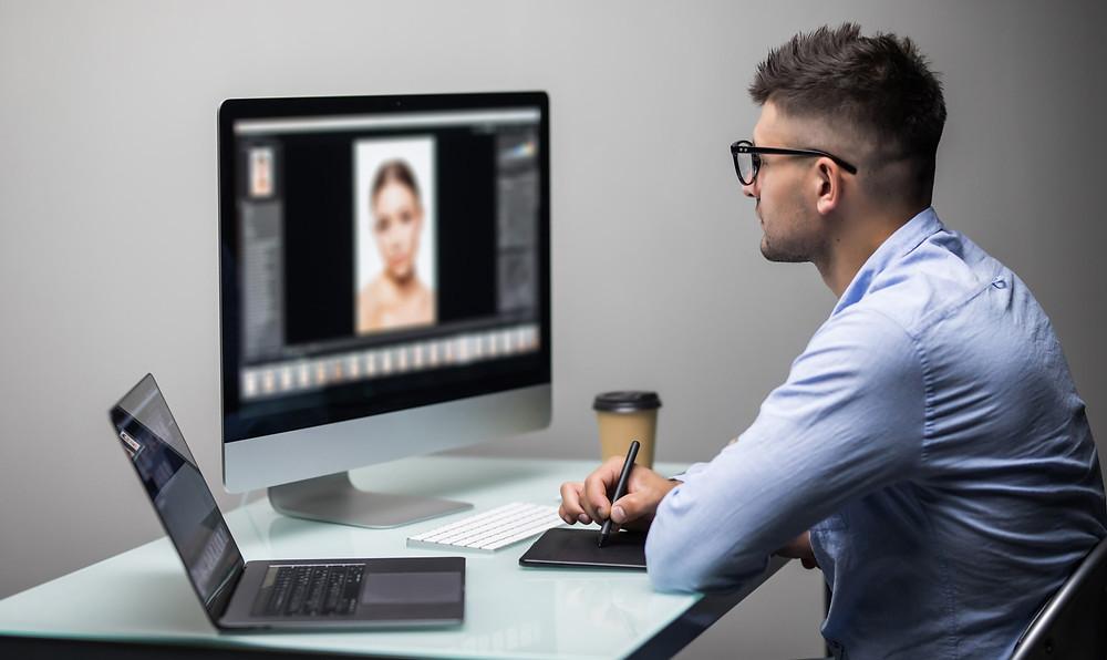 dicas de estética, homem editando foto no computador
