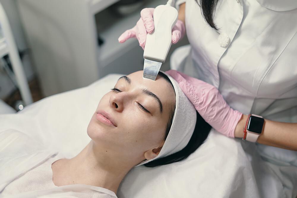profissional realizando um procedimento na paciente em clínica de estética