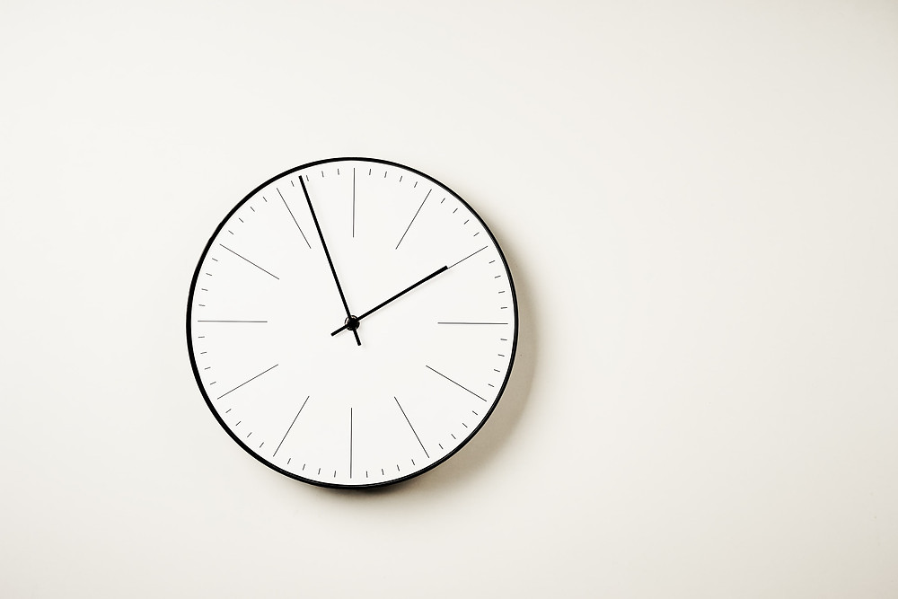 experiencia do paciente, foto de um relógio de parede para representar o tempo