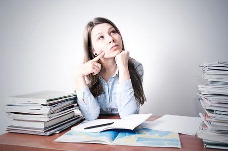 תלמידה מהרהרת מול ספרים