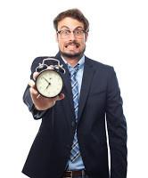 אדם מחזיק שעון