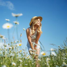 Frau Blond Outdoor Blumenwiese - AdobeSt