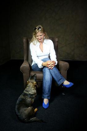 Frau mit Hund auf Sessel im Fotostudio in Marburg