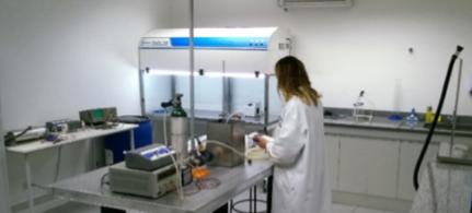 Laboratório de Dispositivos Esterilização / Desinfecção O referido laboratório desenvolve técnicas, processos, dispositivos e sistemas voltados para a aplicação de ozônio na área da saúde. Uma das áreas envolve a desinfecção de materiais e instrumentais médico-hospitalar e odontológico. Outro campo de estudo está relacionado ao uso do ozônio no processo de clareamento de materiais biológicos, dentre eles o esmalte dental. São também analisadas as atividades microbicidas e alterações físico-químicas induzidas pela ozonização de óleos vegetais. Aplicações na área ambiental são também objetos de atenção deste laboratório que estuda a desinfecção de água pela ação do gás ozônio, da radiação UV e também através do desenvolvimento de novos tipos de filtros.