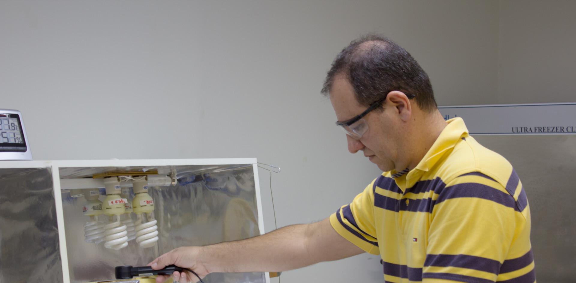 Laboratório de Diagnóstico Óptico O Laboratório de Diagnóstico Óptico conta com um espectrômetro Raman de alta resolução que permite analisar materiais orgânicos e inorgânicos naturais e sintéticos, visando determinar sua estrutura química, modificações moleculares decorrentes de processamento nestes materiais e avaliações quantitativas, em uma variedade de aplicações incluindo desenvolvimento de materiais, materiais biológicos, diagnóstico, controle de qualidade, em indústrias farmacêutica, alimentícia e de transformação.
