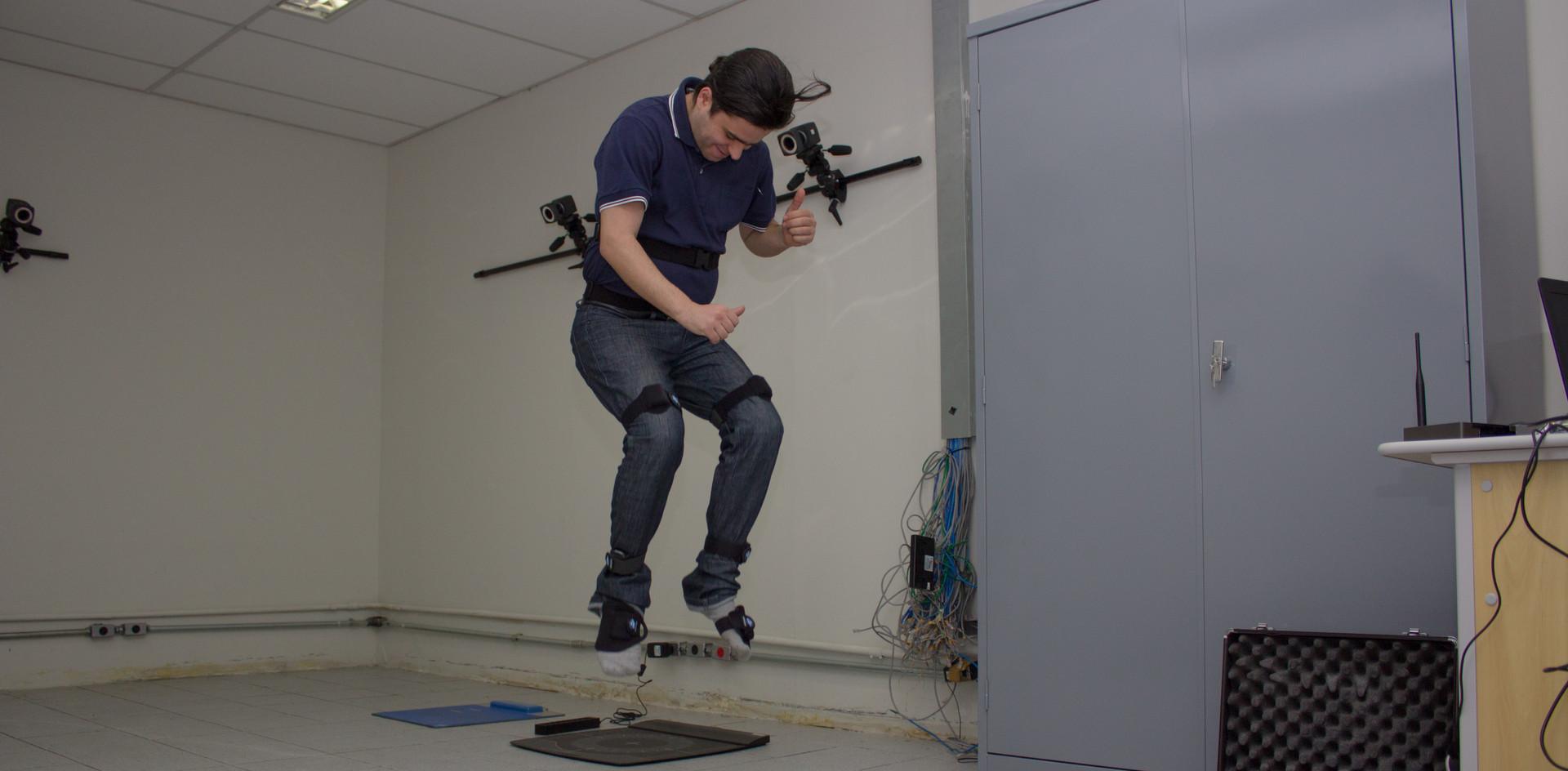 Laboratório de Movimento e Equilíbrio A missão do Laboratório de Movimento e Equilíbrio (LME) é ser um centro de excelência em pesquisa na área de avaliação funcional. O LME estuda a dinâmica do movimento em 3D, e do equilíbrio do sistema músculo esquelético por meio da avaliação baropodométrica e estabilométrica. Desta forma objetiva-se identificar fatores de risco de lesões relacionadas com desajustes do movimento e do equilíbrio, visando manter a saúde e a realização das atividades diárias dos indivíduos. O LME realiza baropodometria computadorizada, avaliação proprioceptiva, análise muscular por eletromiografia de superfície e análise do movimento em 3D. Os projetos de P&D&I são coordenados por pesquisadores doutores e realizados com a participação de alunos de iniciação científica, mestrandos e doutorandos.