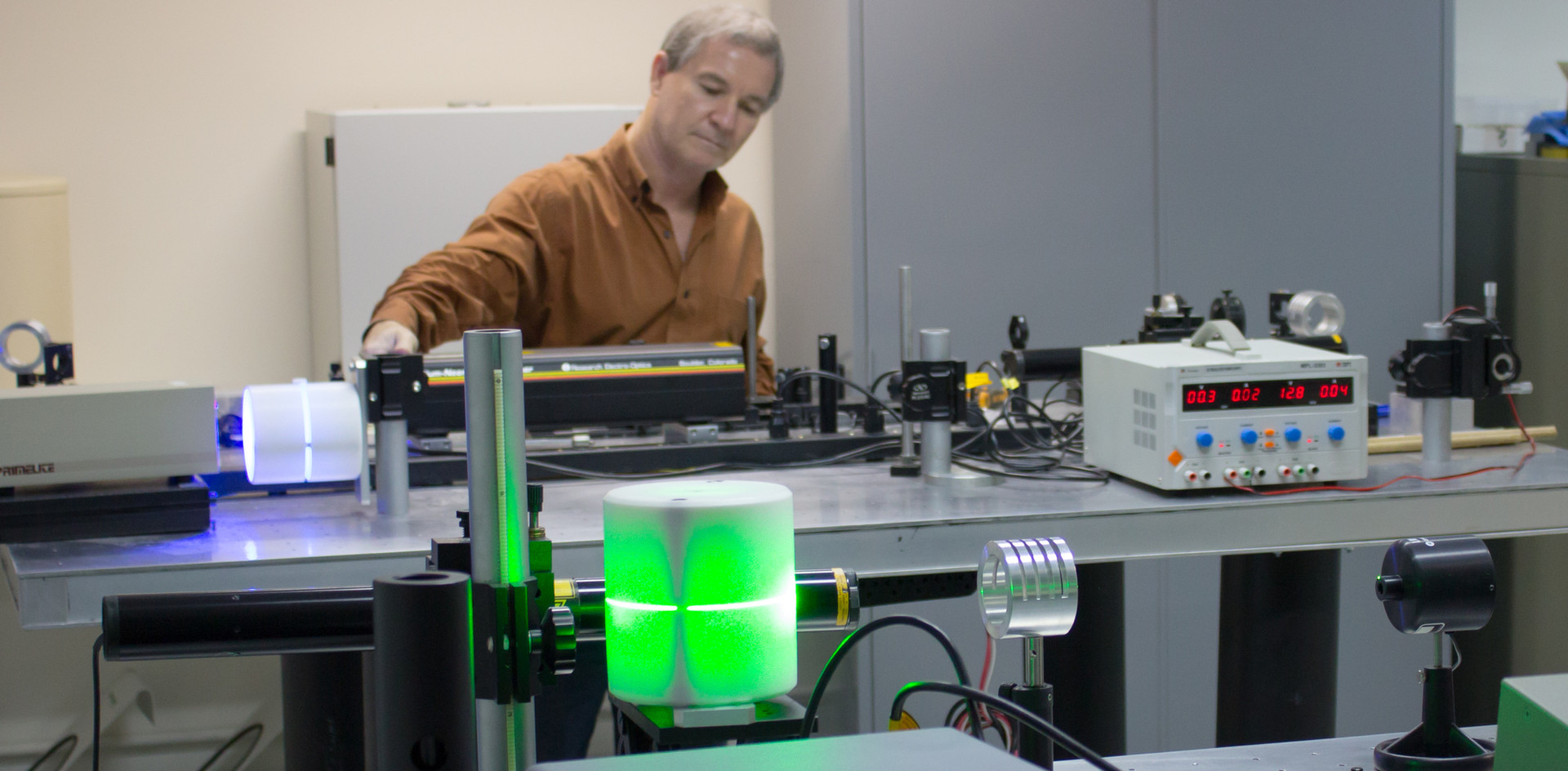 Laboratório de Biofotônica O laboratório de Biofotônica possui infraestrutura composta por laseres operando em diferentes comprimentos de onda, que integram a faixa espectral do ultravioleta, visível e infravermelho. As aplicações se concentram em pesquisas básicas onde se estuda comportamento termo-óptico de moléculas fotossensíveis de grande interesse para terapias, como a Terapia Fotodinâmica. São desenvolvidas, também, técnicas de diagnóstico utilizando processamento digital de imagens e espectroscopia óptica.