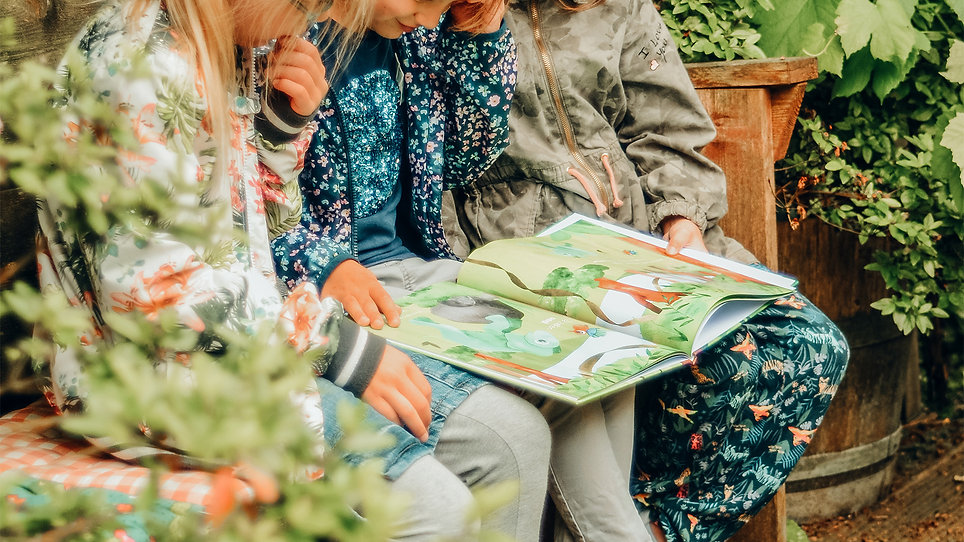 Kinderen lezen uit prentenboek Mooi zoals je bent