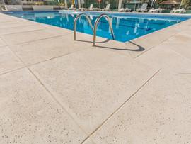 Como eliminar o problema de manchas do piso de sua piscina.