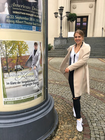 Tanja neben dem Sebastian Krämer Plakat