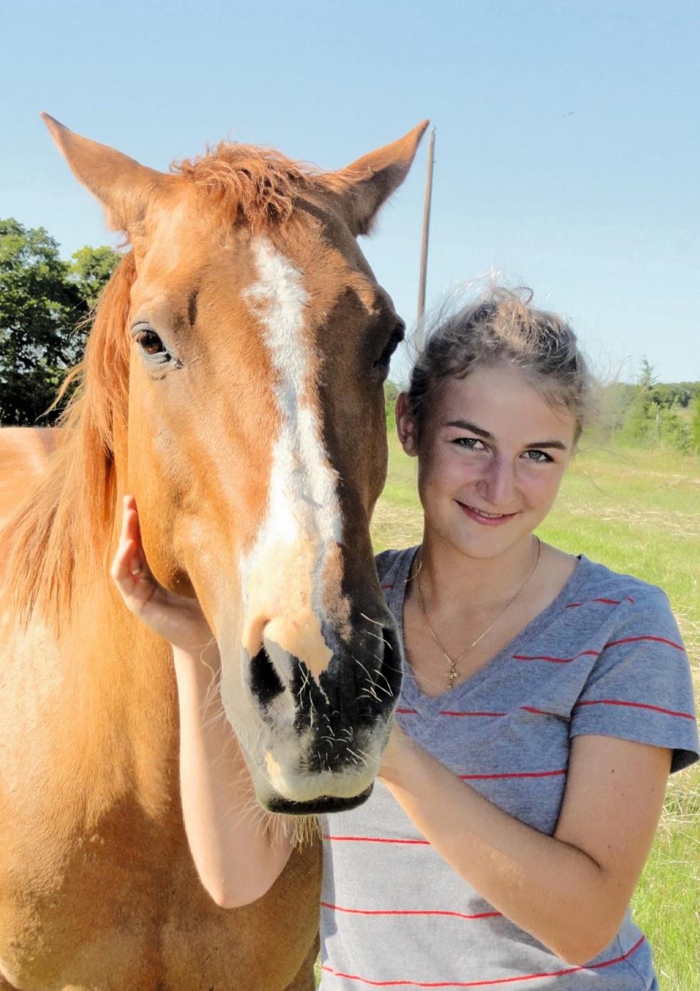chica rubia con caballo_edited.jpg