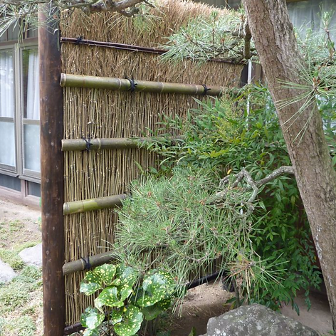 建仁寺垣を竹穂垣に作り変えました。