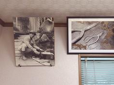 初代の肖像写真とハサミをモチーフにした作品