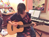 七鈴さんギターを弾く