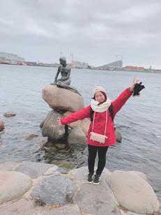 人魚姫の像の前で