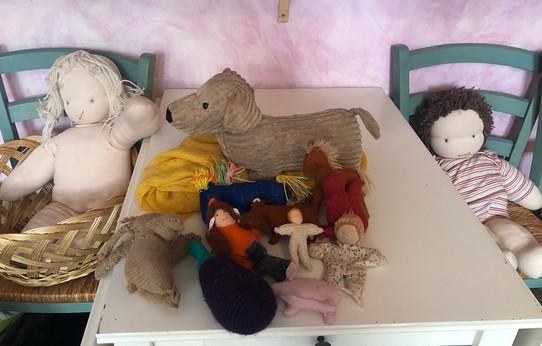 手作りの人形など