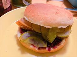 伝統料理のフレスクスタイのハンバーガー。