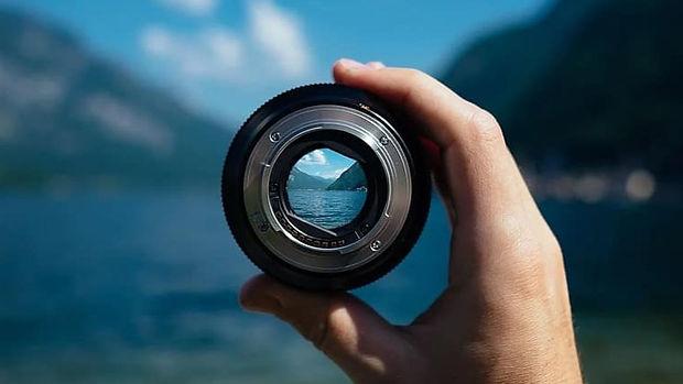 lens-camera-lens-focus-focusing-hand-hol