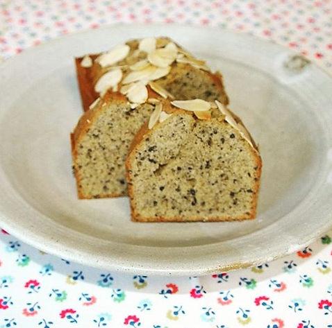 有機黒ごまと有機玄米水飴、有機アーモンドプードルを使ったパウンドケーキでです。できるだけオーガニックの素材を使って、無添加、手作りのパウンドケーキです。