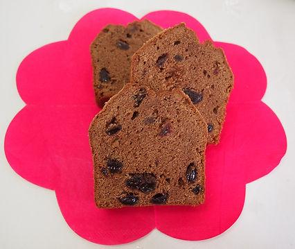 有機クーベルチュールチョコレートと有機レーズンをたっぷり使ったパウンドケーキです。国産有機小麦粉や有機砂糖など、できるだけオーガニックの素材を使った無添加のパウンドケーキです。