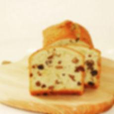 有機ドライフルーツとくるみを洋酒でじっくり熟成させ、たっぷりパウンドケーキにつめこみました。国産有機小麦粉に有機砂糖など、オーガニックの素材をできるだけ使って、素材にこだわったパウンドケーキです。