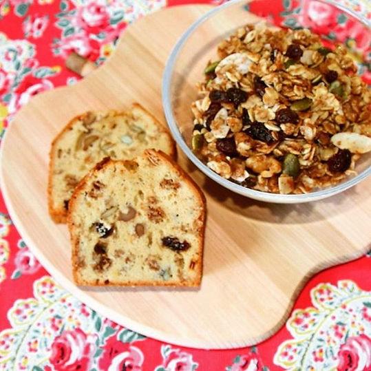 手作りのグラノーラをたっぷりつめこんだパウンドケーキです。国産有機小麦粉や有機砂糖、有機くるみ、有機メープルシロップなど、できるだけオーガニックの素材を使った無添加のパウンドケーキです。