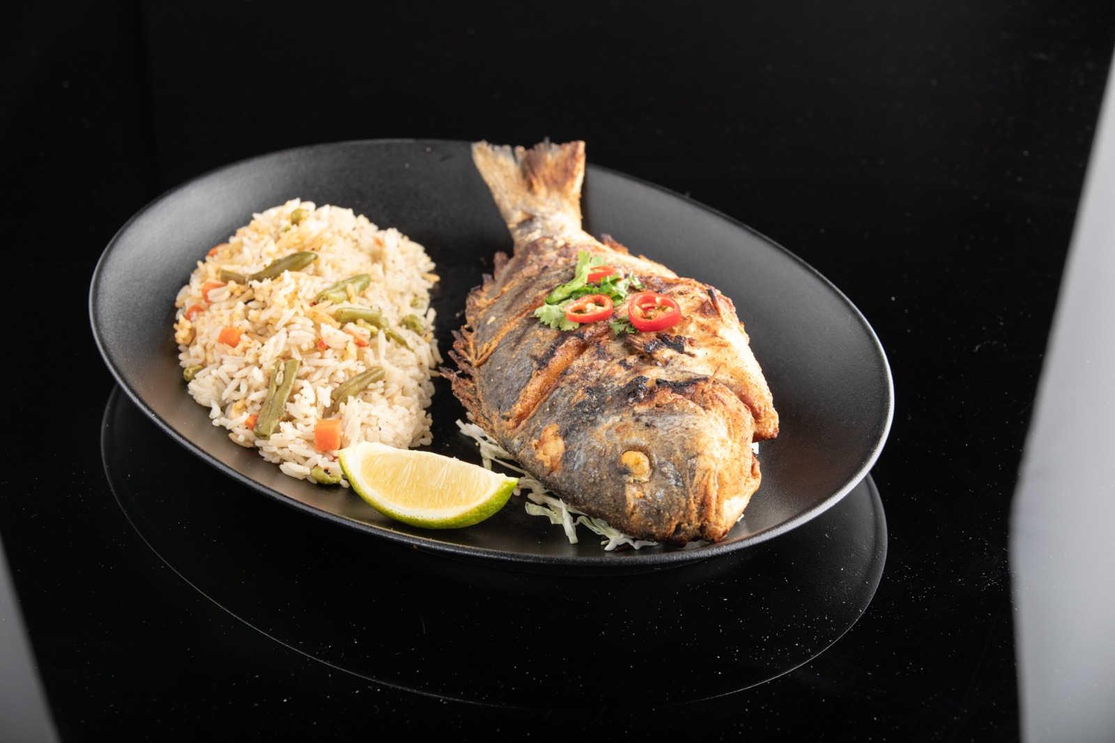 דג דניס שלם מטוגן על הגריל