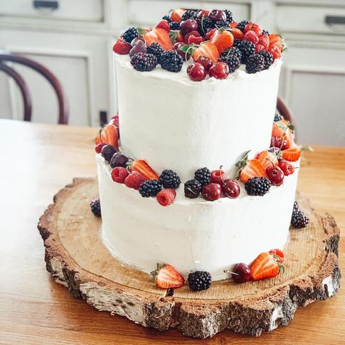 Narozeninový dort s mascarpone a ovocem - jahodami, ostružinami a třešněmi