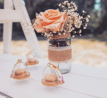 Svatební sweetbar s makronkami a živými květy