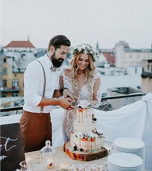Krájení svatebního dortu Nikol Moravcovou a ženichem na střeše domu