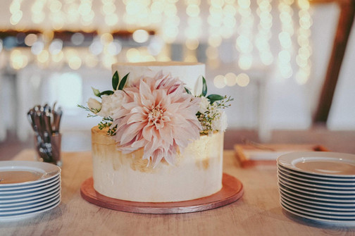 Malý svatební dort s živými květy