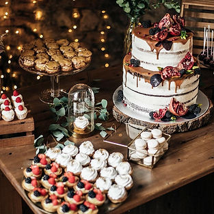 Svatební sweet bar z makronek, mini větrníčků a tartaletek a svatebního dortu s ovocem a karamelovou polevou