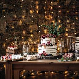 Svatební dort se sweetbarem - tartaletkami, makronkami a mini cupcakes