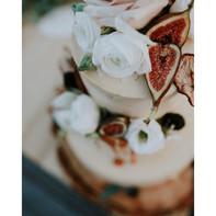 Svatební dort s živými květy a fíky
