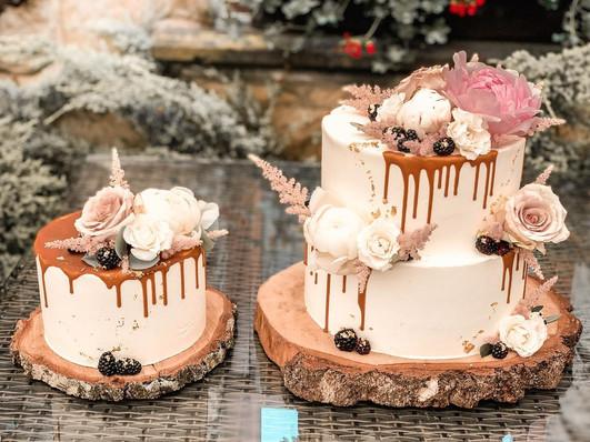 Velký a menší svatební dort s živými květy a polevou