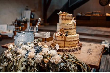 Svatební dort s živými květy a sweetbarem