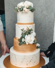 Svatební dort s živými květy