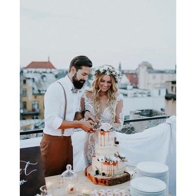 Nikol Moravcová s ženichem a svatebním dortem na střeše domu