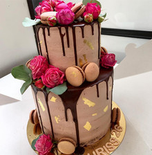 Narozeninový čokoládový dort se zlatem, makronkami a živými květy
