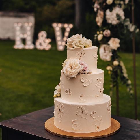 Klasický svatební dort s modelací a živými květy